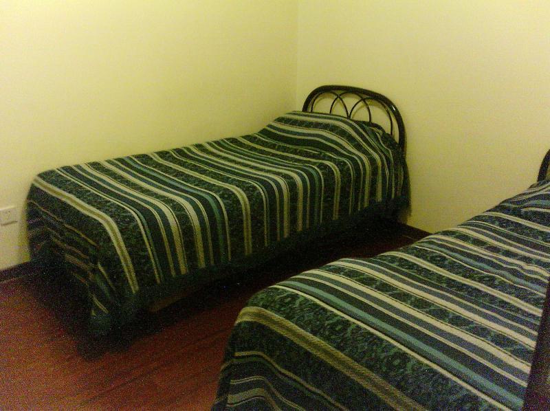 in kleine bed kamer zijn er twee eenpersoonsbedden.