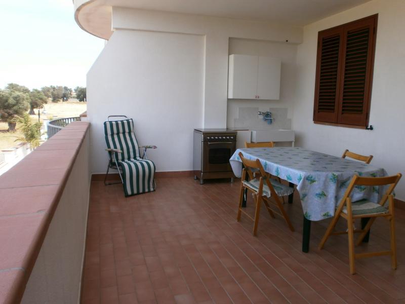 Ampia terrazza con cucina esterna.
