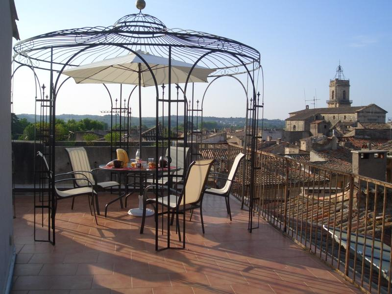 terrasse sur le toit avec gloriette et vue vieille ville