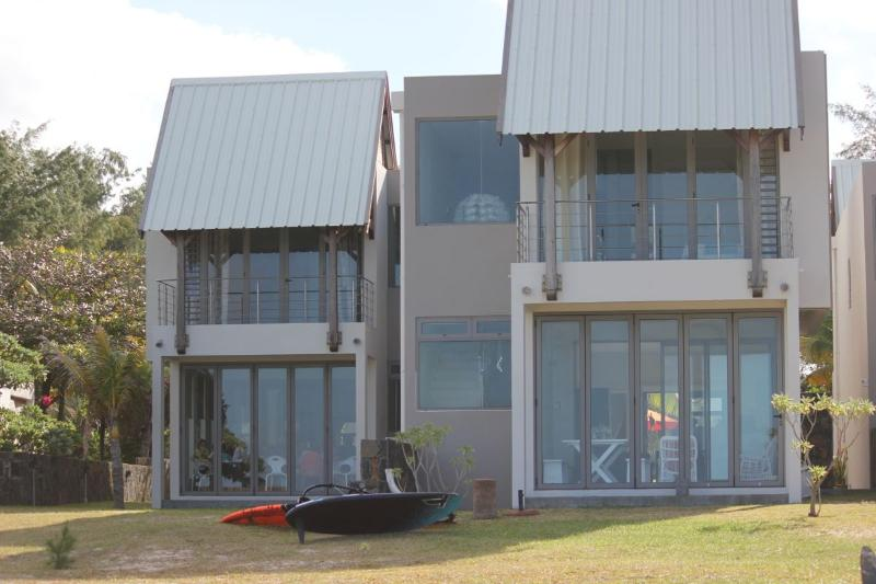 La villa Crystal water est situee a gauche sur la photo donnant directement sur la plage .