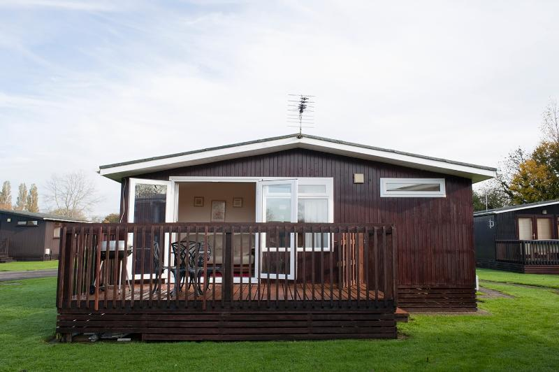 Holiday Home Chalet South Cerney Cotswold Hoburn, vacation rental in South Cerney