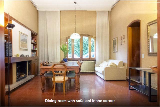 Grande sala de jantar com capacidade para 8 e sofá-cama nas proximidades