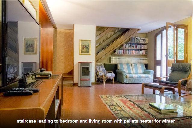 Sala ampla com vista para a escada para o quarto