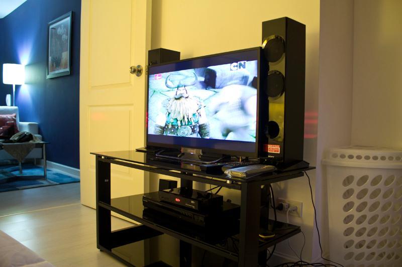 Quarto tem 32' LED TV Sony (wifi pronto) w / canais a cabo, DVD player, alto-falantes e uma lavandaria b