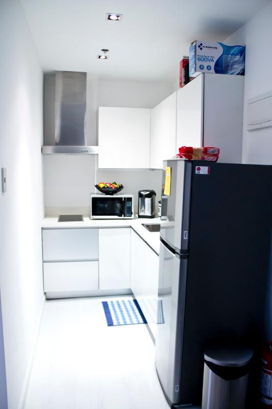 Cozinha tem tamanho grande frigorífico, fogão eléctrico e quiptment básico.