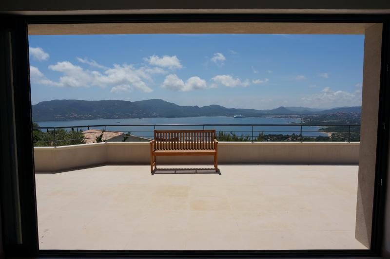 VILLA LUXE VUE MER 180° PISCINE CHAUFFEE CLIM PLAG, holiday rental in Porto-Vecchio