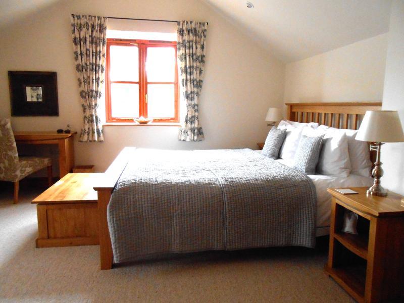 Master-Schlafzimmer mit Super King size Bett, Bad/Dusche und w/c.