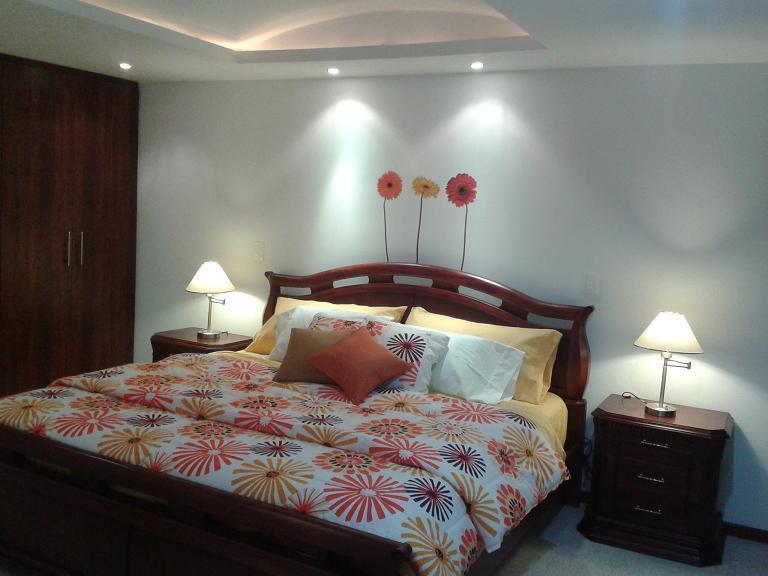 MASTER BEDROOM WITH KING BED AND LARGE WARDROBE /  HABITACION MASTER CON CAMA KING Y AMPLIO CLOSET