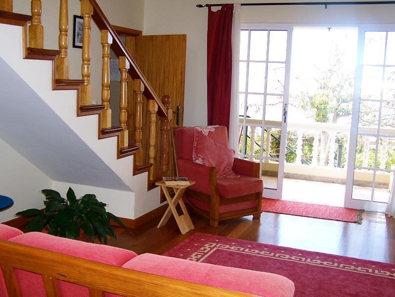 Hermosas escaleras de madera conducen a la gran sala de estar (mucha luz)