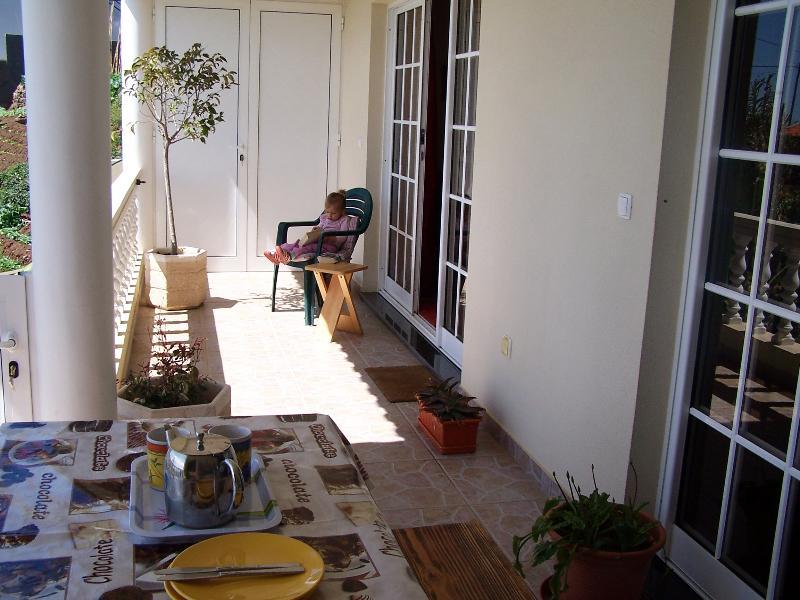 Menor área de balcón de la sala de estar y cocina, disfrutar de un lugar a la sombra del sol caliente del verano y relajarse