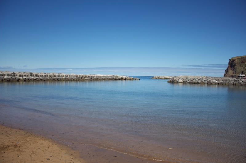Nadar en Calheta una playa de arena (un refugio seguro) a sólo 5 minutos en coche de la villa, también con un puerto deportivo