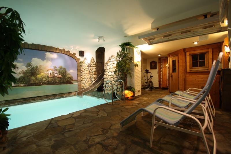Hallenbad im Haus - zur exklusiven Alleinnutzung - mit Gegenstromanlage, Rutsche, Sauna, Solarium