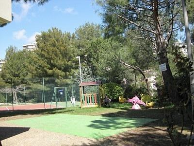 Tennis , jeux d'enfants et jeu de boules.