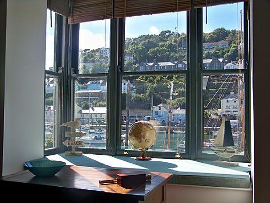 siège de fenêtre avec une vue imprenable sur le fleuve.