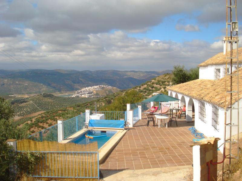 Vista del Patio y piscina, cubiertas veranda (4 arcos) y barbacoa