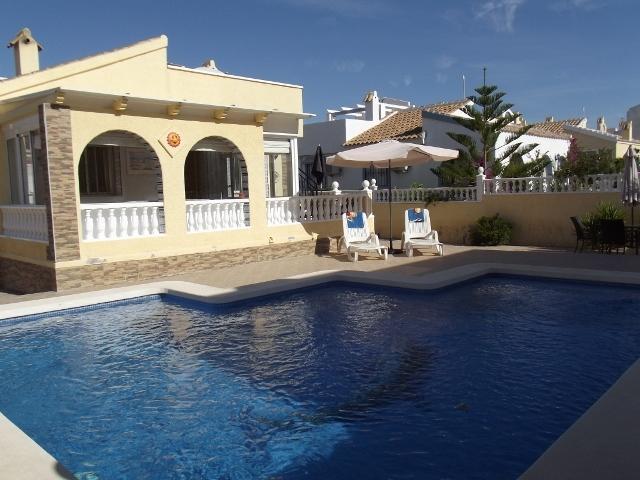 adorável área de piscina, ideal para relaxar