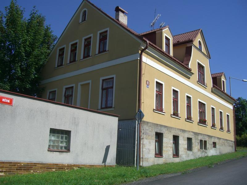 Pink Street House - 2 Dbl bedrooms Garden View Retro Apartment up to 4 people, holiday rental in Mnisek