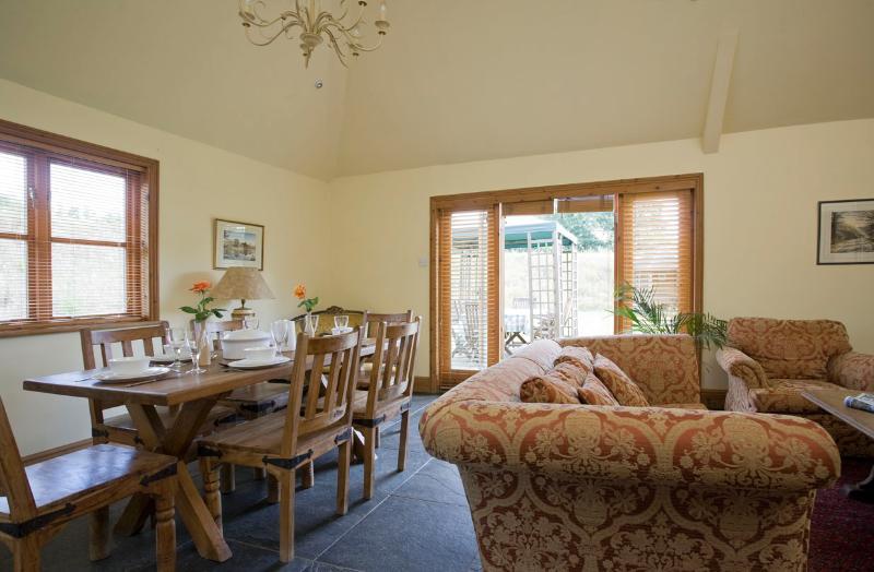 Hop Pickers Cottage Open plan lounge / eetkamer / keuken met toegang rechtstreeks naar het dek en de tuin.