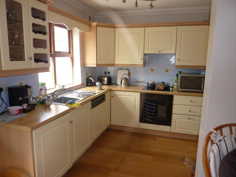 Well appointed Kitchen with dishwasher and washing machine
