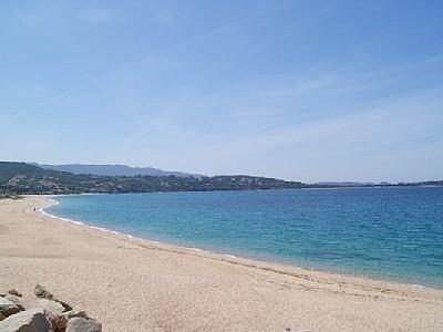 Agosta-plage studio climatisé pieds dans l'eau.