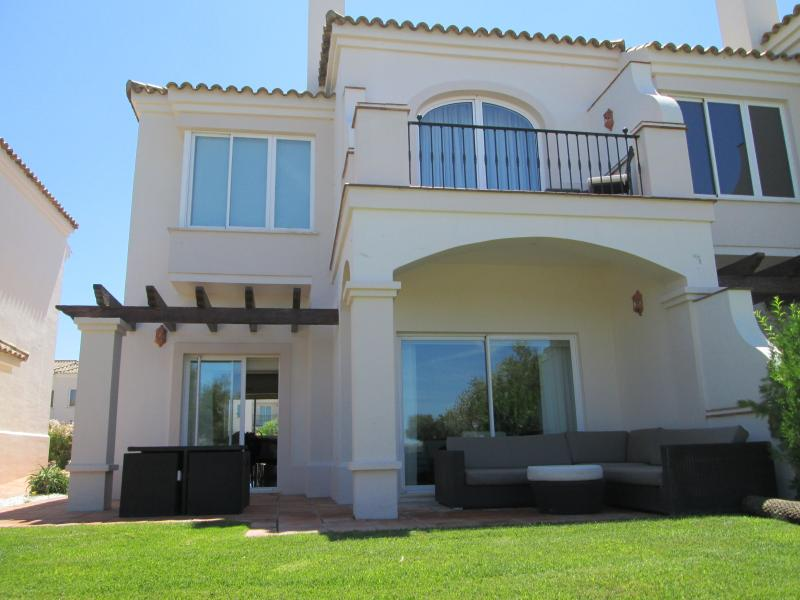 Luxury frontline golf 2 bedroom Family Townhouse in a gated community, holiday rental in Arcos de la Frontera