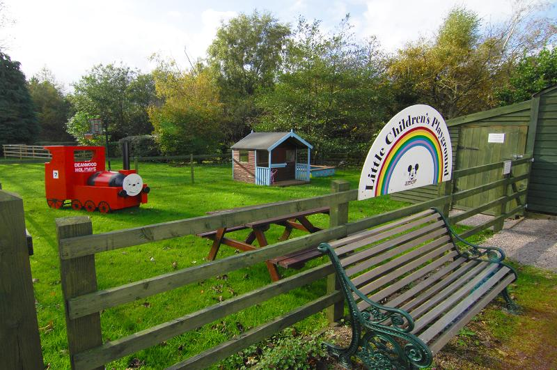 C'è un parco giochi comunale per bambini con Wendy House, Giocare con treno, aereo, ecc Gioca