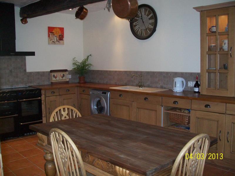 Cuisine avec cuisinière électrique, machine à laver, lave-vaisselle et réfrigérateur pleine grandeur