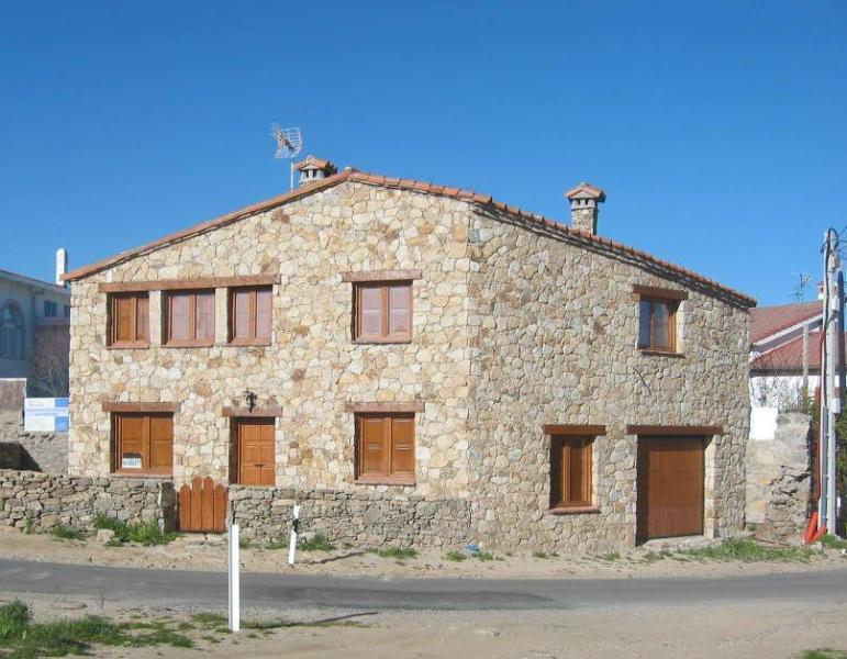 MOUNTAIN HOUSE LICENCED AS B&B, holiday rental in Navacepeda de Tormes