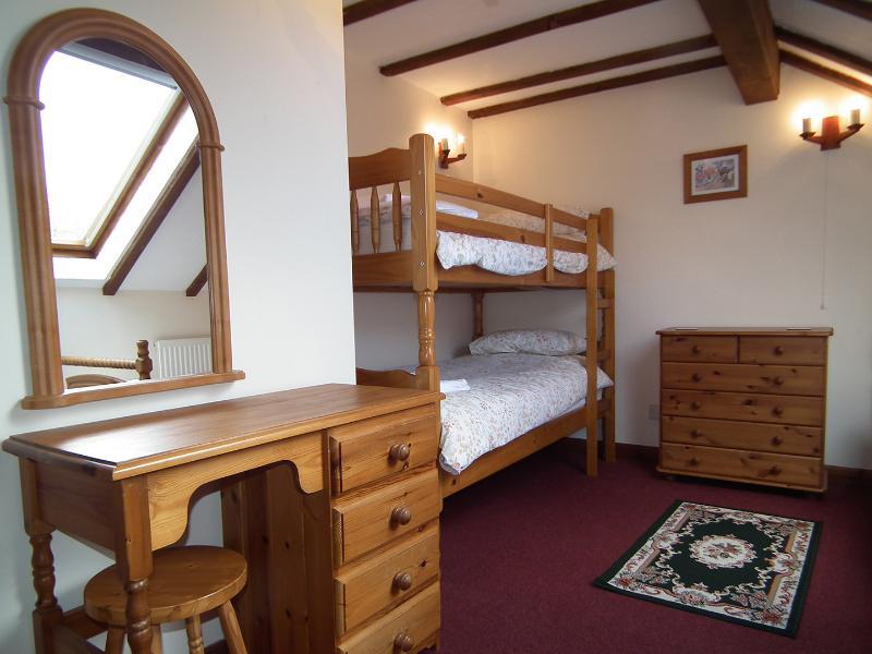Saddlers Cottage ha una serie di letti a castello a dimensioni e un letto singolo nella seconda camera da letto.