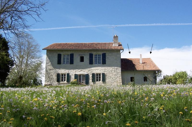 Maison au bord de la rivière, holiday rental in Aubeterre-sur-Dronne