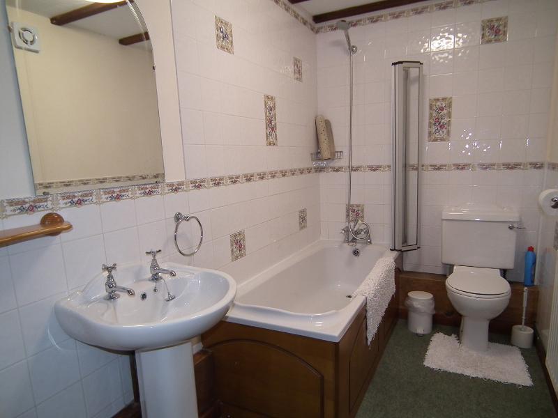 Saddlers Cottage dispone di un ampio bagno con doccia sopra la vasca.