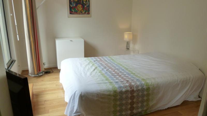 La chambre avec sa baie vitrée ouvrant sur la terrasse (2 lits jumeaux de 90 x 190 = lit de 180)