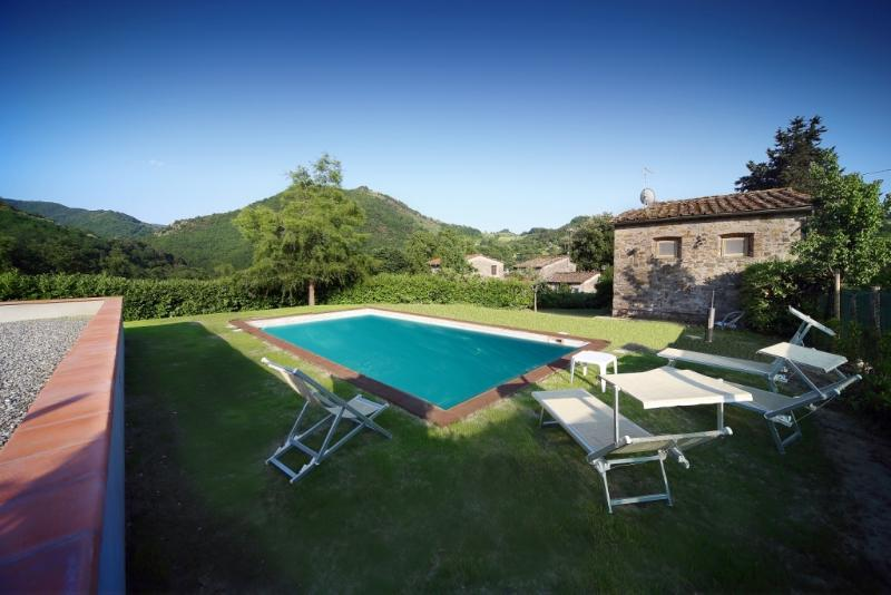 Cosy Tuscan farmhouse in beautiful hills, private grounds, swimming pool and garden, holiday rental in Borgo a Mozzano