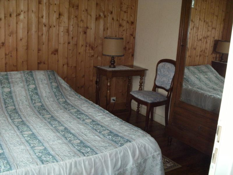 la chambre vue sur jardin légèrement rétro avec son lambris et les meubles de ma grand-mère