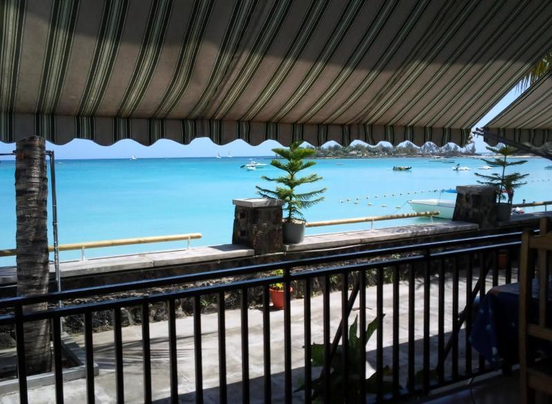 Uitzicht op het strand en de zee als op het terras