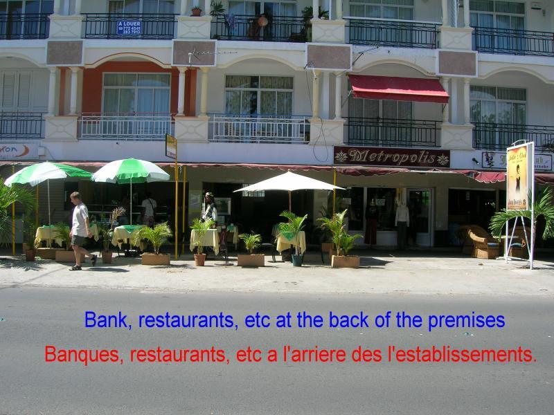 Restaurant, geldwisselaar, openbaar vervoer, taxi, Autoverhuur en meer in de buurt