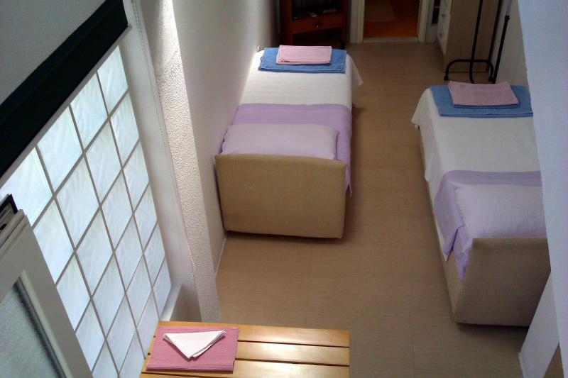 twin bed arrangement