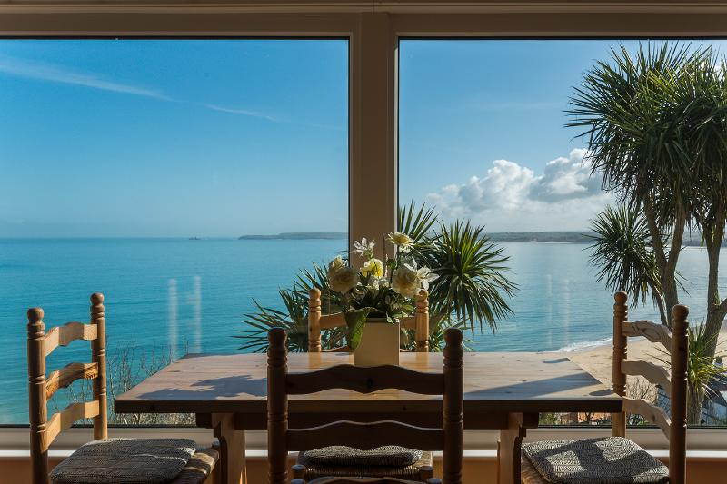 Mesa de comedor con vistas al mar de St. Ives Bay y Carbis Bay Beach.