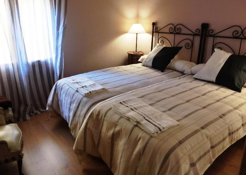 HABITACIÓN 1 (dos camas 90 cm)