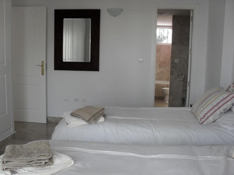 En suite of main bedroom