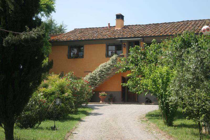 Nonna - Tuscan farmhouse with swimming pool, location de vacances à Lavoria