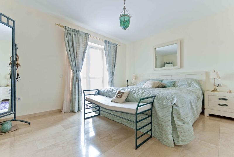 quarto king-size com ar condicionado casa de banho onsuite e tv de tela plana