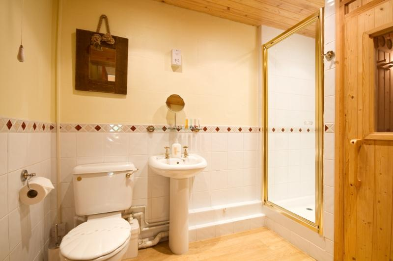 Ensuite bathroom with the sauna also