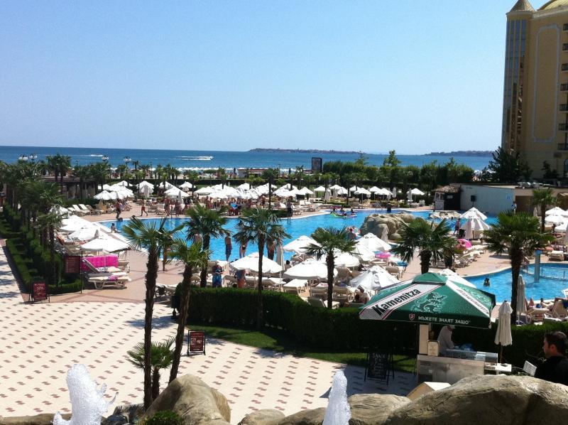 Une piscine près de la plage de Sunny Beach