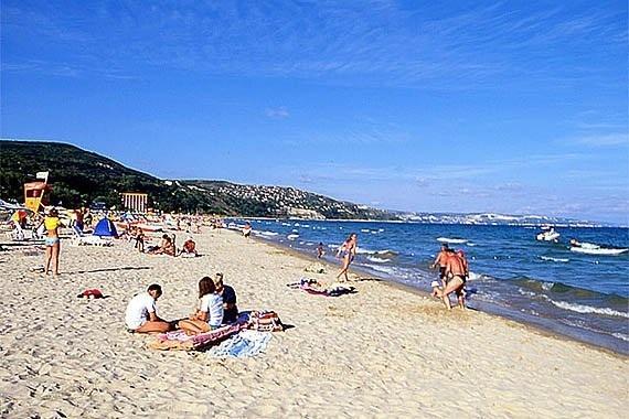 Détente sur la plage ensoleillée