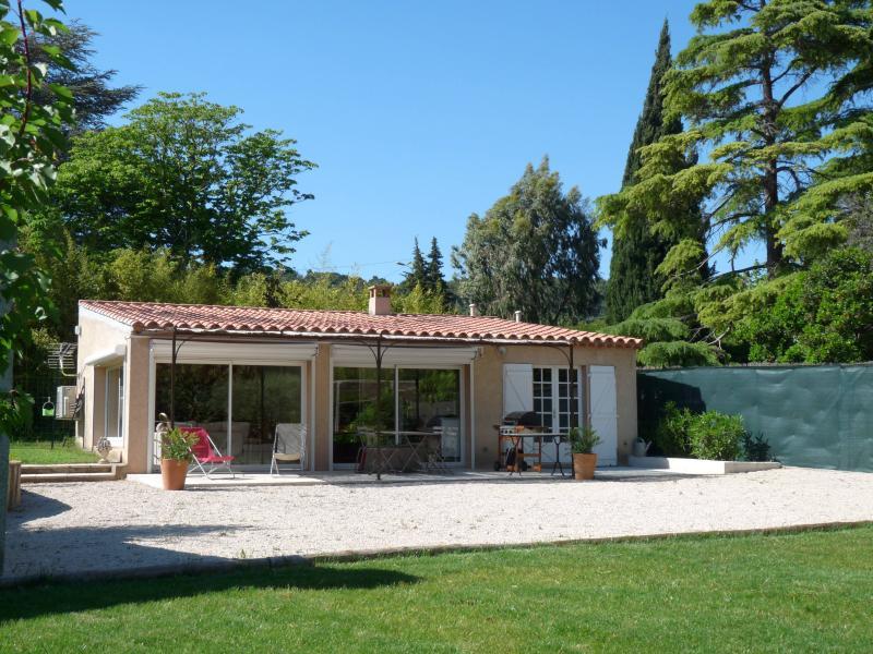 Villa Canaille Cassis au milieu des vignes-climatisée+grand jardin clos +parking, holiday rental in Cassis