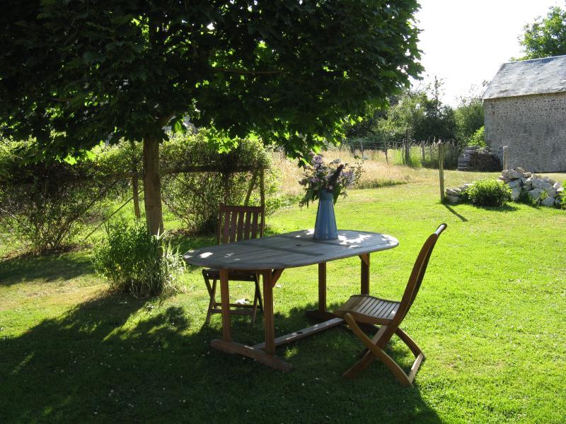 Tavolo ombreggiato acero in giardino