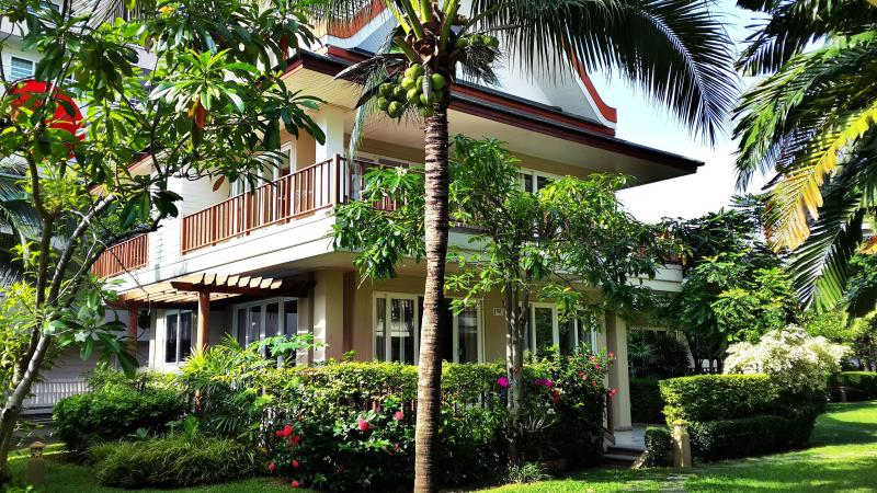 3 stories, 4 bedrooms, 250sqm, large balcony, private spa.Great for families to get away and relax