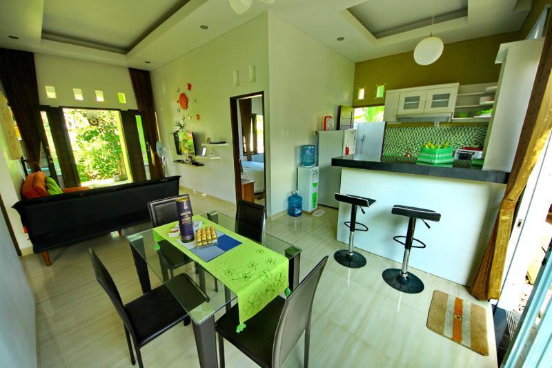 Eetkamer, woonkamer, minibar, keuken