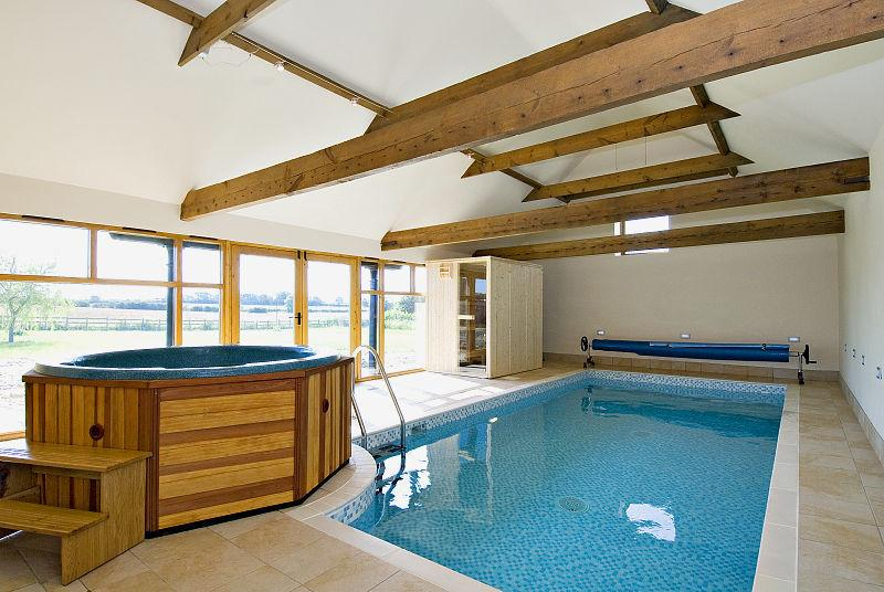 Piscina, jacuzzi y sauna dedicado para usan por los invitados en la casa de campo
